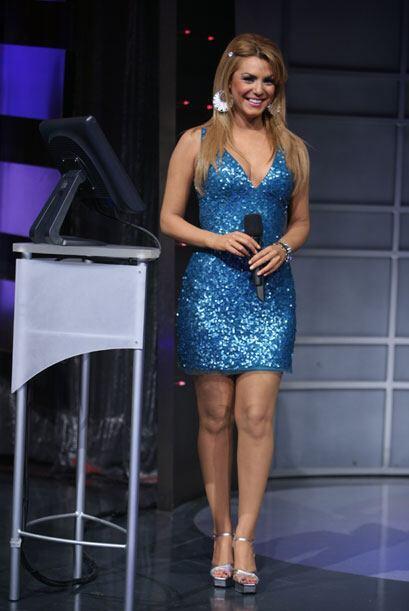 Como este mini vestido azul metálico que la hace brillar como estrella.