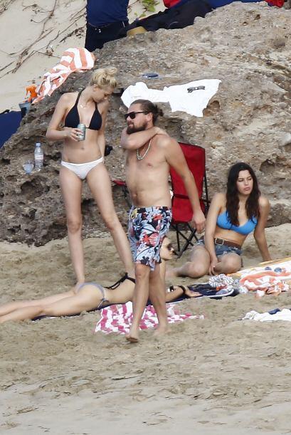 """Pero Leo no se veía impresionado por los cuerpos de sus sexys """"amiguitas""""."""