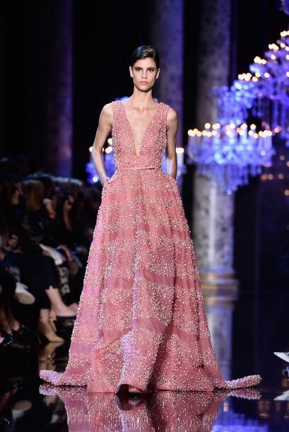 Nuevamente el escote V profundo se combina con un vestido largo de talle...