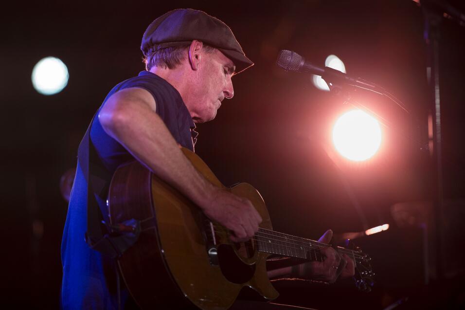 Además, el cantante dio otro concierto durante un rally de Hillary Clint...