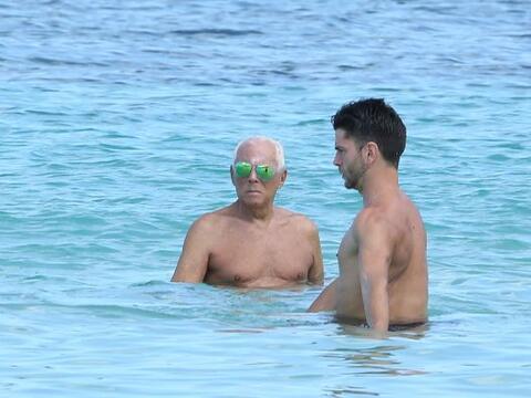 El diseñador tomó unas vacaciones en Barbados junto a unas...