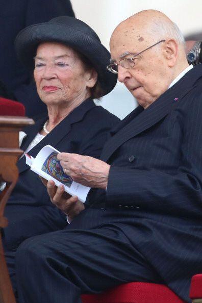 El presidente italiano Giorgio Napolitano, acompañado de su esposa Clío.