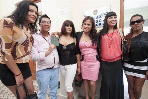La pareja Alexis Taborda  y Karen Bruselario posan con amigas después de...