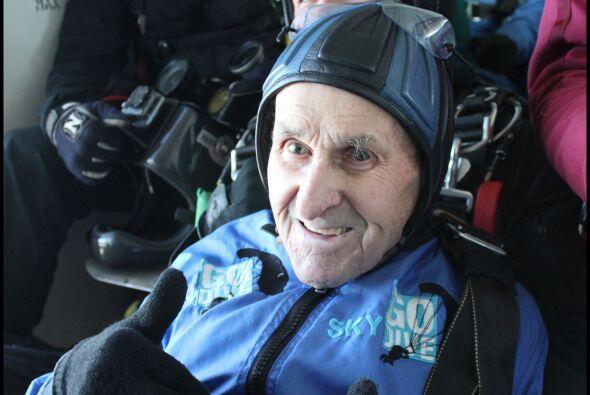 Jack Hake, un veterano de la Segunda Guerra Mundial, de 93 se lanzó con...