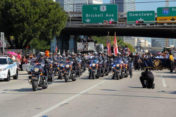 La Parada a punto de empezar y escoltada por los oficiales de la policia...