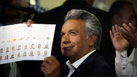 El candidato Lenín Moreno emite su voto durante los comicios en Ecuador