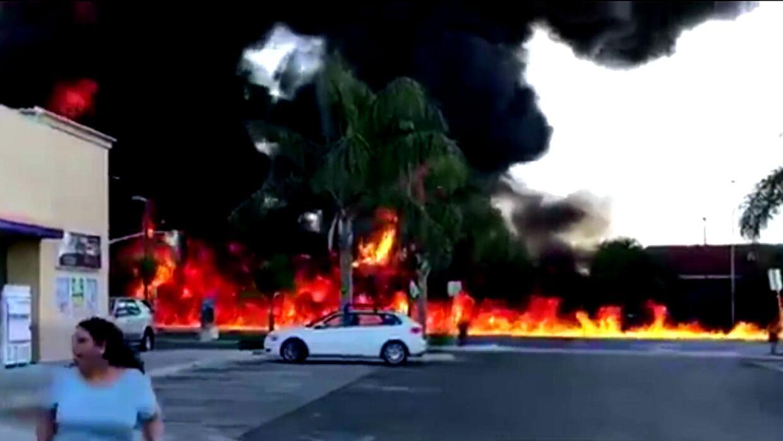 Un camión con 9,000 galones de gasolina estalló después de chocar y volc...