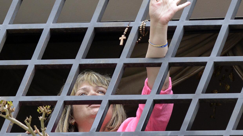 La jueza Afiuni saluda desde la venta de su casa (foto de archivo).