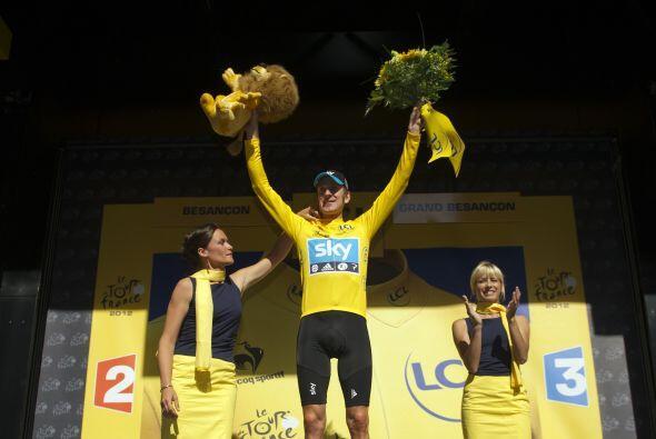 El británico Bradley Wiggins del equipo Sky, líder de la clasificación g...