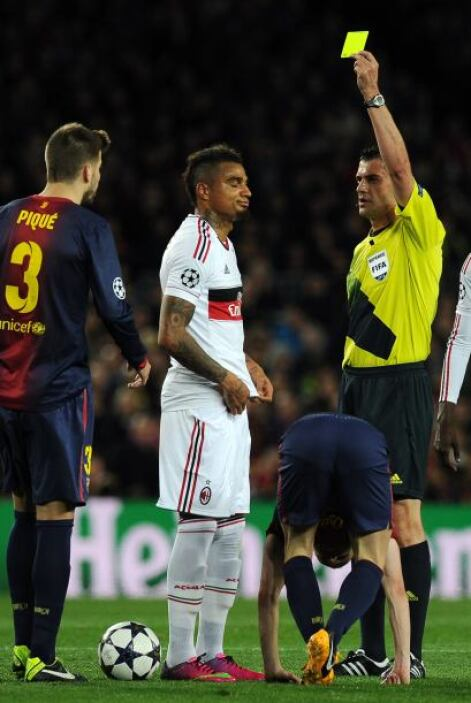 Boateng recibió la amarillapor falta a Iniesta.