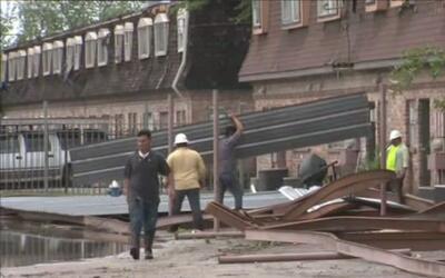 Tornado tocó tierra en un complejo de departamentos ubicado en la calle...