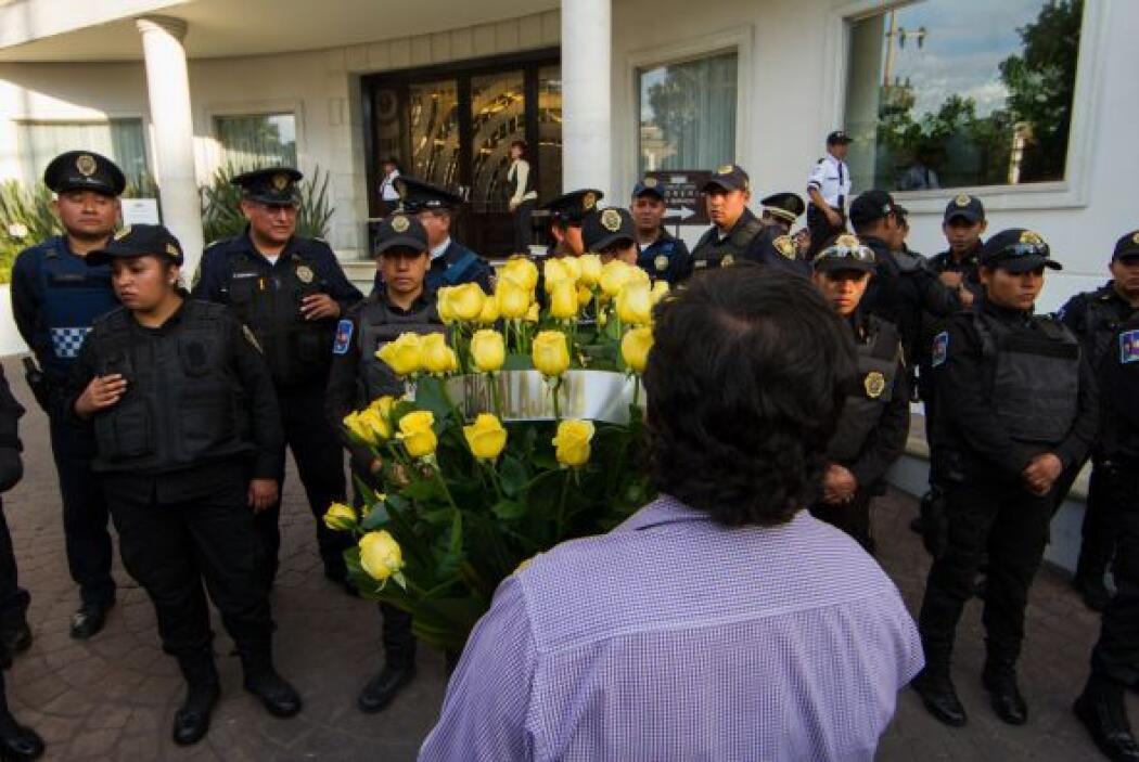Sus seguidores han ido llegando con arreglos de flores amarillas, sus fa...