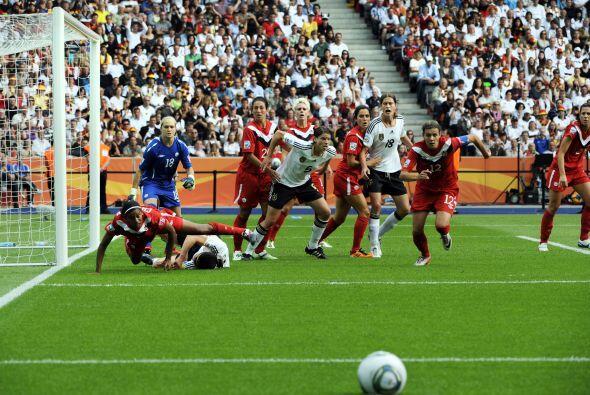 Imagen del partido entre Alemania y Canadá que ganaron las germanas 2-1....