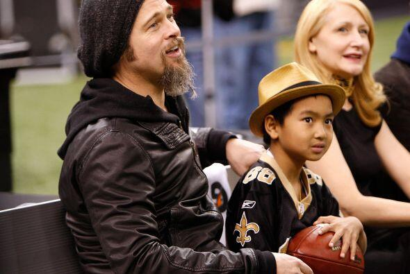 Brad llevó a Maddox a un juego de la NFL en enero de 2010. Mira a...