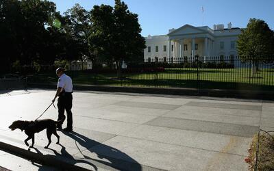 Un miembro del Servicio Secreto recorre las afueras de la Casa Blanca en...