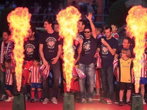 Los jugadores del Atlético de Madrid celebran en la madrileña plaza de N...