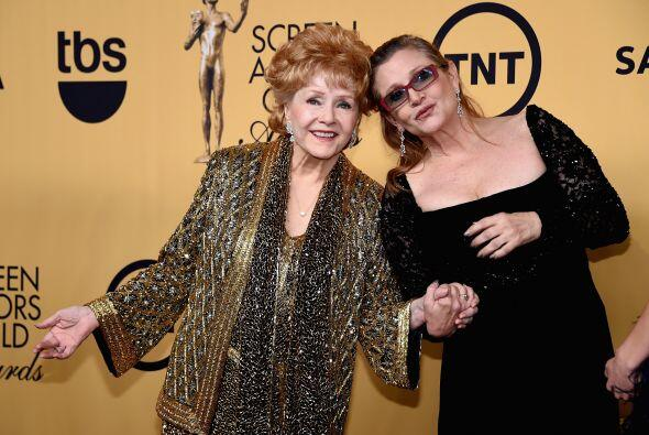 La receptora del premio a la trayectoria, Debbie Reynolds, junto a su hi...