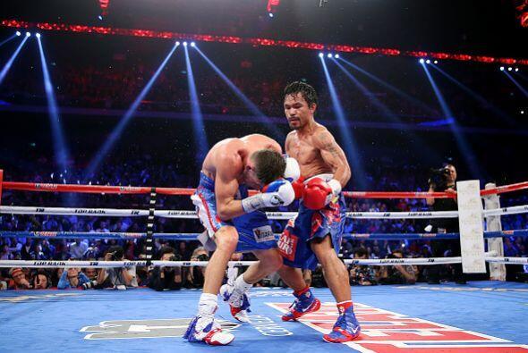 Manny Pacquiao derrotó en Macao al estadounidense Chris Algieri y...