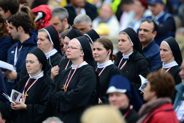 Un grupo de religiosas que asistieron a la ceremonia de canonización esc...