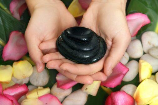 La manicura con piedras calientes está especialmente indicada par...