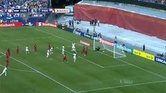Uyy!! Casi gol. Mario Roberto Martínez patea y da en el arco