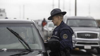 Oficial de Policía conversa con un conductor en la Highway 78 en Oregon