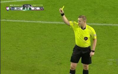 Tarjeta amarilla. El árbitro amonesta a Dominic Dwyer de Sporting Kansas...