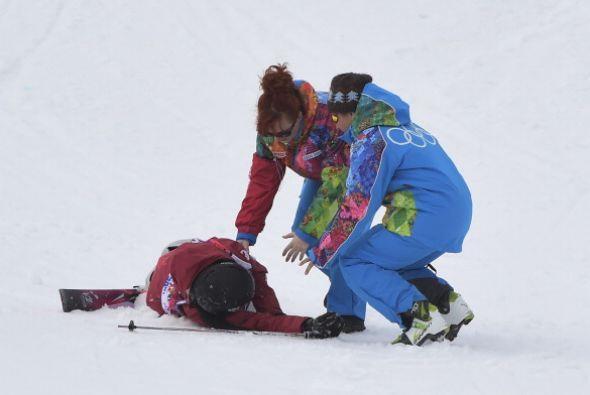 Trabajadores ayudan a la canadiense Yuki Tsubota, luego de que cayera en...