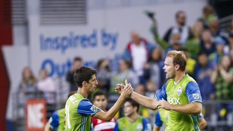 Chad Marshall (der.) anotó el gol del triunfo de Seattle ante el Fire.