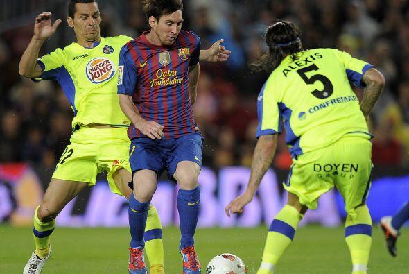 Messi ingresó al área con doble marca.