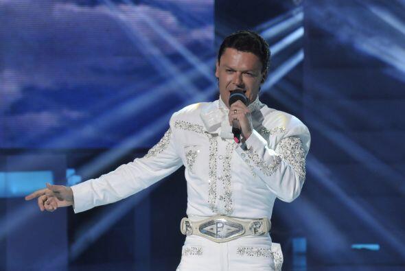 Pedro está muy contento por poder cantar pues es lo que má...