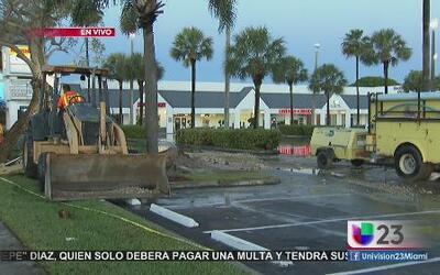 Tubería rota inunda centro comercial en Cutler Bay