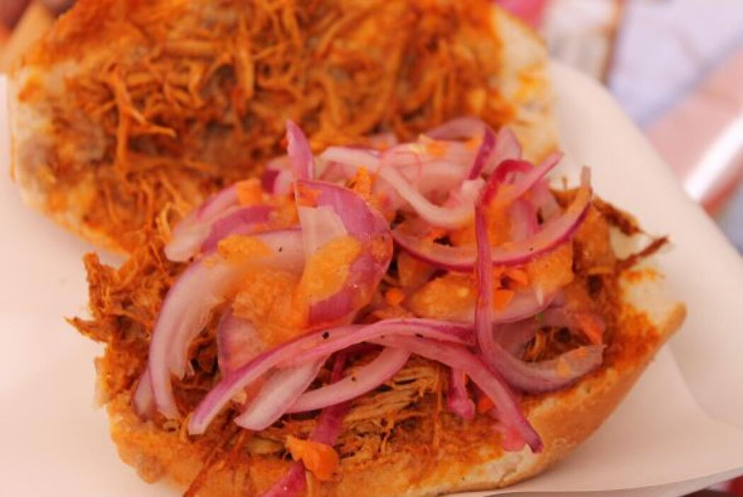 Los visitantes yucatecos ofrecieron la clásica torta de cochinita pibil.