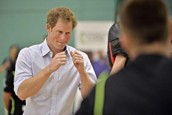 El príncipe Harry demostró sus habilidades en el boxeo.