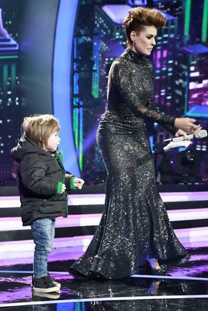 Mateo bailando con mami Galilea.
