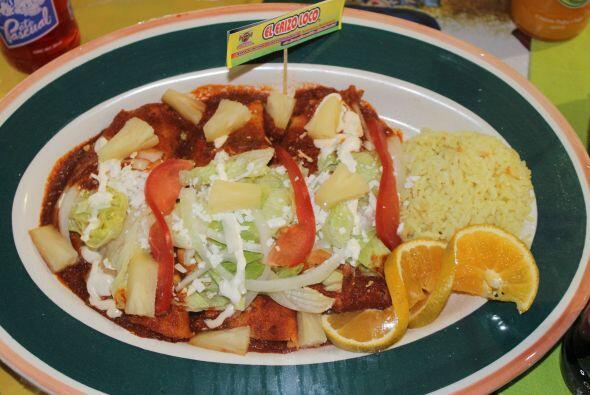 Enchiladas con camarones y salsa marinera.