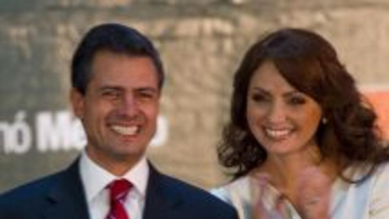El presidente mexicano Enrique Peña Nieto, acompañado de su esposa, Angé...