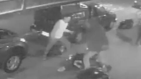 En video quedó registrada la brutal golpiza a un joven hispano en una ca...