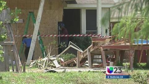 Automóvil se impacta contra vivienda en Arlington
