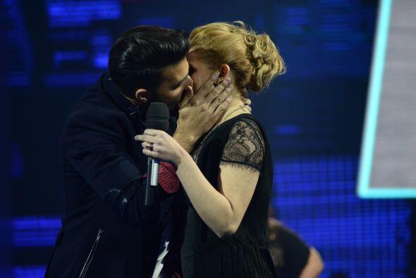 Y después de cantarle su respuesta, ¡por fin la besó!