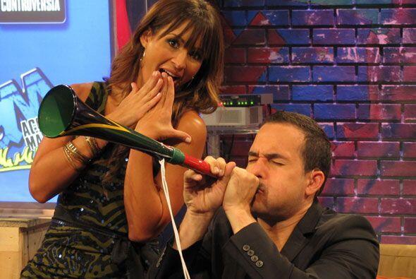 Carlos Calderón regresó de Sudáfrica y trajo consigo una vuvuzela.