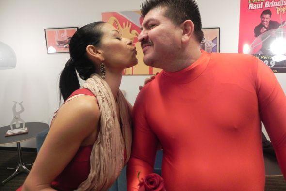 Columba le dio un beso de buena suerte.