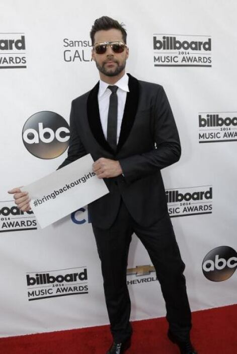 Ricky Martin llegó a los premios Billboard con esta pancarta. Fotos: Twi...