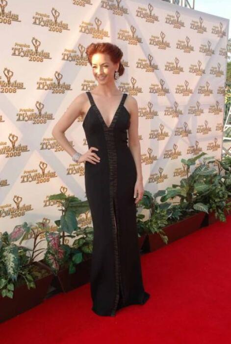 Susana González lució perfecta figura con este vestido negro. Además usó...