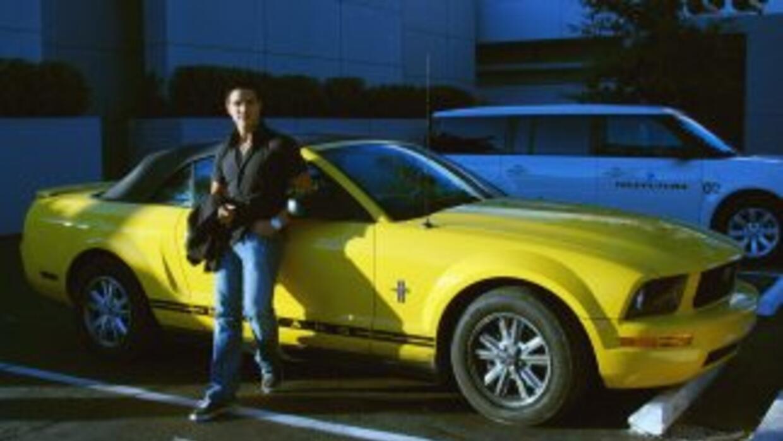Vadhir Derbez posa con el auto del escándalo: su Mustang convertible ama...