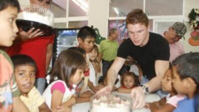 """Saúl """"Canelo"""" Álvarez mostró su lado humano al visitar una casa hogar pa..."""