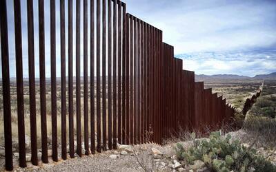La verja que actualmente separa Estados Unidos y México en Sasabe...