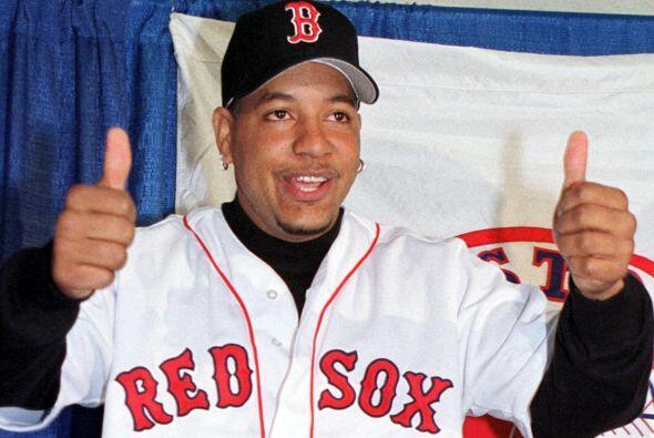 En diciembre de 2000, Manny Ramírez firmó con los Red Sox por ocho años...