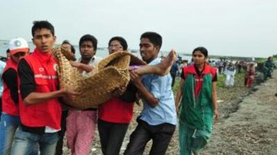 Aldeanos locales dieron auxilio a las personas que lograron nadar a la o...