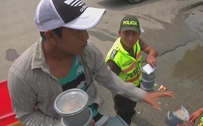 Familia damnificada reparte comida en Ecuador